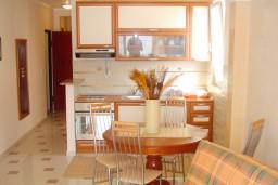 Кухня. Рафаиловичи, Черногория, Рафаиловичи : Уютный апартамент с отдельной спальней, с балконом с шикарным видом на море
