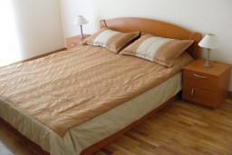 Спальня. Рафаиловичи, Черногория, Рафаиловичи : Уютный апартамент с отдельной спальней, с балконом с шикарным видом на море