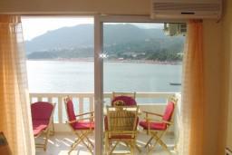Балкон. Рафаиловичи, Черногория, Рафаиловичи : Уютный апартамент с отдельной спальней, с балконом с шикарным видом на море