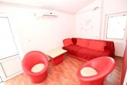 Гостиная. Будванская ривьера, Черногория, Рафаиловичи : Апартамент с отдельной спальней, с балконом