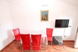Обеденная зона. Будванская ривьера, Черногория, Рафаиловичи : Апартамент с отдельной спальней, с балконом