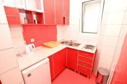 Кухня. Будванская ривьера, Черногория, Рафаиловичи : Апартамент с отдельной спальней, с балконом