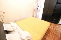 Спальня. Будванская ривьера, Черногория, Рафаиловичи : Апартамент с отдельной спальней, с балконом