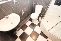 Ванная комната. Будванская ривьера, Черногория, Рафаиловичи : Апартамент с отдельной спальней, с балконом