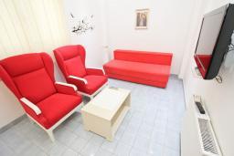 Гостиная. Будванская ривьера, Черногория, Рафаиловичи : Апартамент с отдельной спальней в 200 метрах от моря