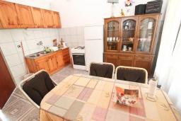 Кухня. Рафаиловичи, Черногория, Рафаиловичи : Апартамент для 4 человек, с 2-мя отдельными спальнями