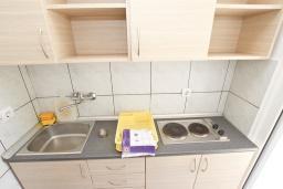 Кухня. Будванская ривьера, Черногория, Рафаиловичи : Апартамент с отдельной спальней в 200 метрах от моря