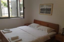 Спальня. Бечичи, Черногория, Бечичи : Современный апартамент с отдельной спальней