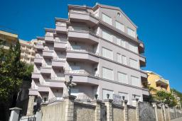 Фасад дома. Imperija 4* в Будве
