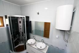 Ванная комната. Будванская ривьера, Черногория, Риека Режевичи : Современная вилла 300м2 с 4-мя отдельными спальнями, с 2-мя гостиными, с 4-мя ванными комнатами, сауна, джакузи, бассейн, барбекю, два парковочных места