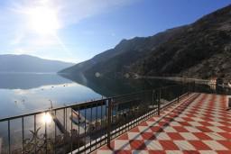 Вид на море. Боко-Которская бухта, Черногория, Рисан : 3-х этажная роскошная , площадью 400м2 с 5-ю отдельными спальнями, с 6-ю ванными комнатами, с каминным залом, с библиотекой, с каменным грилем, с зеленой террасой, прямо на берегу залива