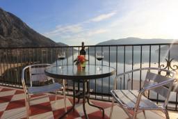 Терраса. Боко-Которская бухта, Черногория, Рисан : 3-х этажная роскошная , площадью 400м2 с 5-ю отдельными спальнями, с 6-ю ванными комнатами, с каминным залом, с библиотекой, с каменным грилем, с зеленой террасой, прямо на берегу залива