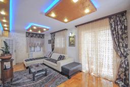 Гостиная. Бечичи, Черногория, Бечичи : Уютная семейная вилла 160м2 с бассейном, 3 спальни с индивидуальными ванными, гостиная и кухня, патио для отдыха с прекрасным видом на море, 400м до самого прекрасного длинного пляжа Бечичи.
