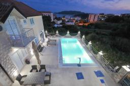 Бассейн. Бечичи, Черногория, Бечичи : Уютная семейная вилла 160м2 с бассейном, 3 спальни с индивидуальными ванными, гостиная и кухня, патио для отдыха с прекрасным видом на море, 400м до самого прекрасного длинного пляжа Бечичи.