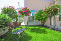 Территория. Бечичи, Черногория, Бечичи : Уютная семейная вилла 160м2 с бассейном, 3 спальни с индивидуальными ванными, гостиная и кухня, патио для отдыха с прекрасным видом на море, 400м до самого прекрасного длинного пляжа Бечичи.