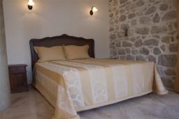 Спальня. Боко-Которская бухта, Черногория, Пераст : Роскошный 3-х этажный дом с 4-мя спальнями с ванными комнатами, высококачественная мебель ручной работы, панорамный вид на залив