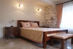 Спальня 2. Боко-Которская бухта, Черногория, Пераст : Роскошный 3-х этажный дом с 4-мя спальнями с ванными комнатами, высококачественная мебель ручной работы, панорамный вид на залив