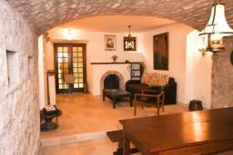 Спальня. Будванская ривьера, Черногория, Пржно : Каменный дом на берегу в Пржно с 3-мя отдельными спальнями, с просторной гостиной, с ванной комнатой на каждом этаже, центральное отопление.