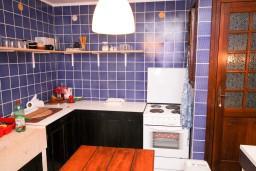Кухня. Будванская ривьера, Черногория, Пржно : Каменный дом на берегу в Пржно с 3-мя отдельными спальнями, с просторной гостиной, с ванной комнатой на каждом этаже, центральное отопление.