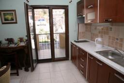 Кухня. Боко-Которская бухта, Черногория, Доброта : Апартамент №1 с отдельной спальней и боковым видом на море