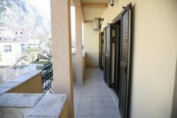 Балкон. Боко-Которская бухта, Черногория, Доброта : Апартамент №1 с отдельной спальней и боковым видом на море