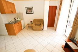 Гостиная. Будванская ривьера, Черногория, Бечичи : Апартаменты на втором этаже с балконом с видом на море