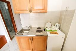 Кухня. Будванская ривьера, Черногория, Бечичи : Апартаменты на втором этаже с балконом с видом на море