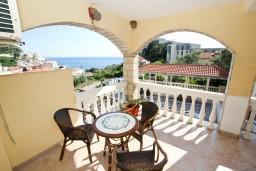 Балкон. Будванская ривьера, Черногория, Бечичи : Апартаменты на втором этаже с балконом с видом на море