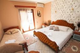 Спальня. Боко-Которская бухта, Черногория, Доброта : Апартамент с отдельной спальней, с балконом с видом на море