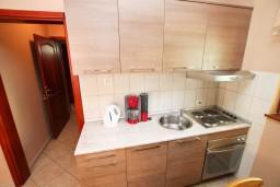 Кухня. Боко-Которская бухта, Черногория, Доброта : Апартамент с отдельной спальней, с балконом с видом на море