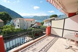Вид на море. Боко-Которская бухта, Черногория, Доброта : Апартамент с отдельной спальней, с балконом с видом на море