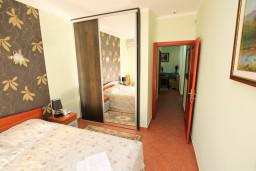 Спальня. Боко-Которская бухта, Черногория, Доброта : Апартамент для 4 человек, с 2-мя отдельными спальнями, с балконом с видом на море