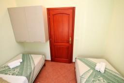 Спальня 2. Боко-Которская бухта, Черногория, Доброта : Апартамент для 4 человек, с 2-мя отдельными спальнями, с балконом с видом на море