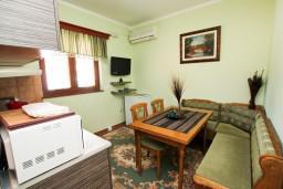 Кухня. Боко-Которская бухта, Черногория, Доброта : Апартамент для 4 человек, с 2-мя отдельными спальнями, с балконом с видом на море