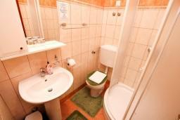 Ванная комната. Боко-Которская бухта, Черногория, Доброта : Апартамент для 4 человек, с 2-мя отдельными спальнями, с балконом с видом на море