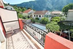 Балкон. Боко-Которская бухта, Черногория, Доброта : Апартамент для 4 человек, с 2-мя отдельными спальнями, с балконом с видом на море