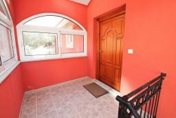 Вход. Боко-Которская бухта, Черногория, Доброта : Апартамент для 4 человек, с 2-мя отдельными спальнями, с балконом с видом на море