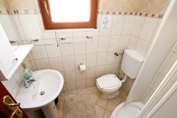Ванная комната. Боко-Которская бухта, Черногория, Доброта : Апартамент с отдельной спальней, с балконом с видом на море