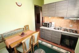 Гостиная. Боко-Которская бухта, Черногория, Доброта : Апартамент с отдельной спальней, с балконом с видом на море