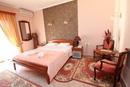 Студия (гостиная+кухня). Боко-Которская бухта, Черногория, Доброта : Студия с балконом с видом на море на вилле с бассейном