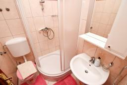 Ванная комната. Боко-Которская бухта, Черногория, Доброта : Студия с балконом с видом на море на вилле с бассейном