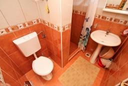 Ванная комната. Боко-Которская бухта, Черногория, Дражин Врт : Студия с большой террасой с шикарным видом на море