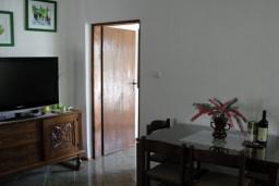 Гостиная. Боко-Которская бухта, Черногория, Костаньица : Апартамент с отдельной спальней, с балконом с видом на море