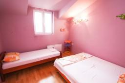 Спальня 2. Будванская ривьера, Черногория, Петровац : Апартамент 115м2 с двумя спальнями в Петроваце, 2 ванные комнаты, балкон с видом на море, 200 метров до пляжа