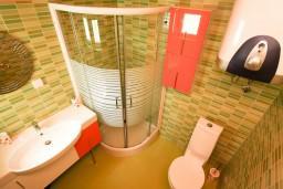 Ванная комната 2. Будванская ривьера, Черногория, Петровац : Апартамент 115м2 с двумя спальнями в Петроваце, 2 ванные комнаты, балкон с видом на море, 200 метров до пляжа
