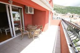 Балкон 2. Будванская ривьера, Черногория, Петровац : Апартамент 115м2 с двумя спальнями в Петроваце, 2 ванные комнаты, балкон с видом на море, 200 метров до пляжа
