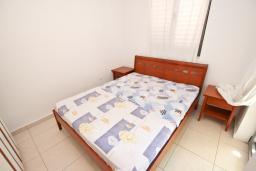 Спальня 2. Бечичи, Черногория, Бечичи : Современный апартамент для 3-5 человек, 2 отдельные спальни, с балконом с видом на море