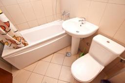Ванная комната. Бечичи, Черногория, Бечичи : Современный апартамент для 3-5 человек, 2 отдельные спальни, с балконом с видом на море