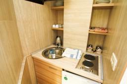 Кухня. Бечичи, Черногория, Бечичи : Апартамент в Бечичи с отдельной спальней в 300 метрах от моря