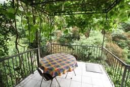 Терраса. Бечичи, Черногория, Бечичи : Апартамент в Бечичи с отдельной спальней в 300 метрах от моря